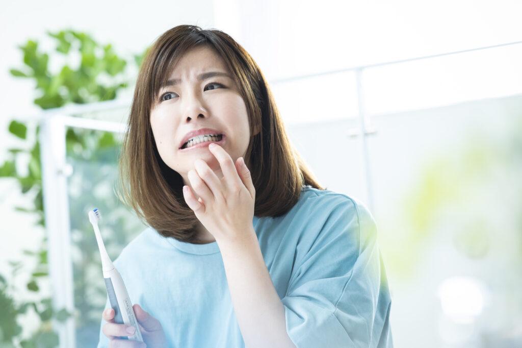 ホワイトニングで歯がしみる原因は知覚過敏?
